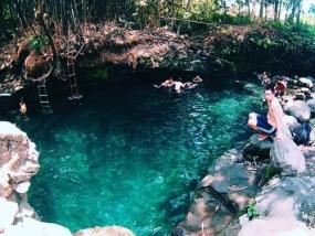 Natuurlijke waterbron Blue Lagoon in de stad Sleman, Yogyakarta