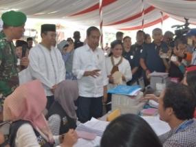 Le président indonésien apprécie les habitants de Lombok de construire des maisons antisismiques