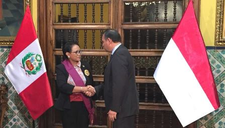 Marsudi Receives Medal of Merit from Peru